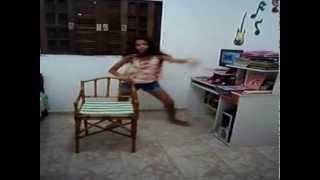 Camila ensinando a coreografia da música Sola da Bota