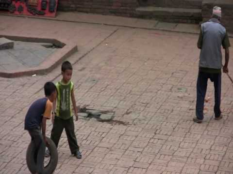 Kids playing in Bakthapur, Nepal, round the world trip of David and Ronnie