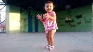 criança de 1 ano dançando funk