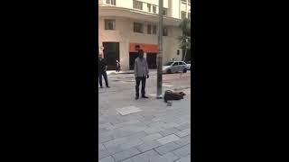Voz impressionante de interprete de rua, cantando música gospel.
