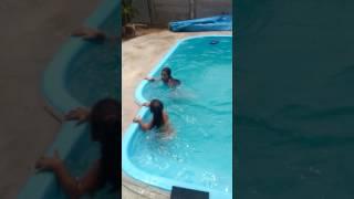 na piscina parte 2 Mariane para meninas