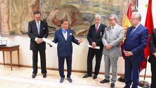 Décoration de Mehdi Qotbi de la Croix de commandeur de l'Ordre du mérite civil du Royaume d'Espagne