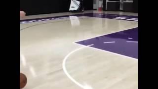 Cnco jugando al básquet