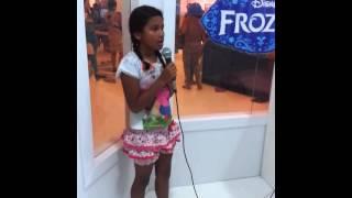 Josiane Cantando música da frozen