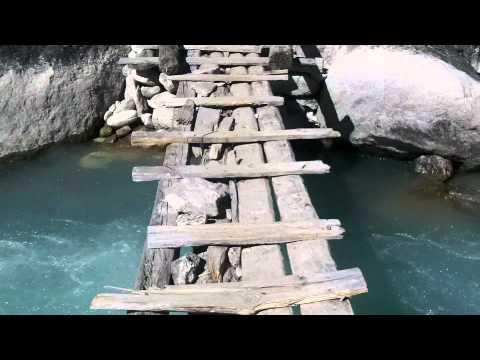 Wacklige Brückenüberquerung in Nepal