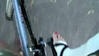 Fahrradfahren mit Gipsbein, Clog und lackierten Zehennägeln