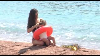 Ana Sević se ćerkom na plaži