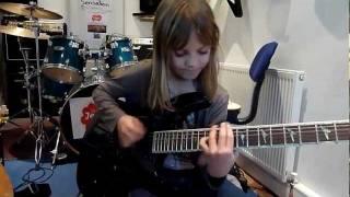Menina de 8 anos Humilhando na Guitarra
