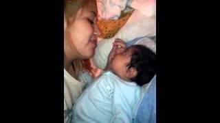 Bebe mañoso de su Mami.!!