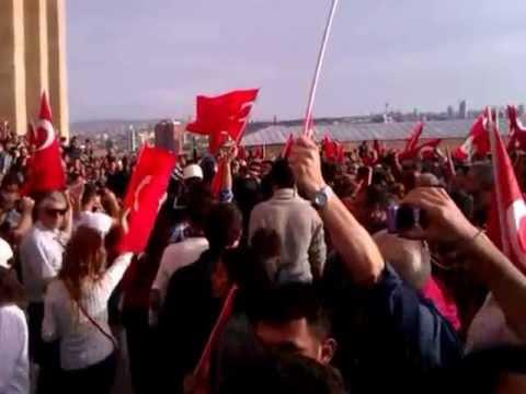 TGB 29 Ekim 2012 Seferberlik Yürüyüşü- Anıtkabir'de nöbet değişiminde askere destek