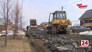 Старым асфальтом с Крымской подлатают одну из улиц Марьино