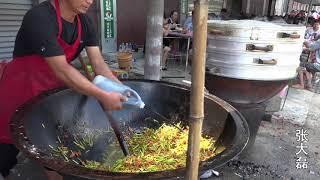 Venkovský kuchař v hornaté oblasti provincie henan, vaření , pomocí dvoumetrový hrnec