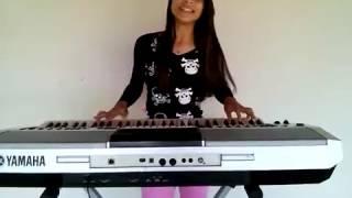 Menina de 13 anos tocando teclado