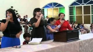 """Família Dias louva a Deus com o hino """"Assembleia de Deus no Brasil chegou""""."""
