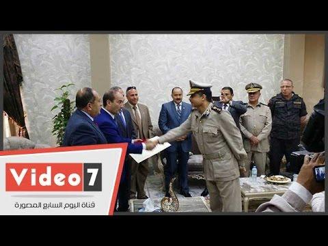 مساعد وزير الداخلية يسلم ضباط الصعيد أنواط الشرف الممنوحة من الرئيس