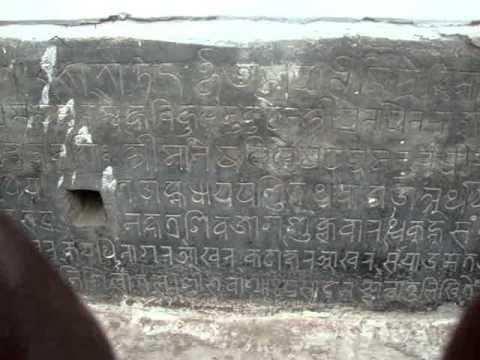 07 Juan Lázara y Shreekrishna describen pagoda nepalí.MPG
