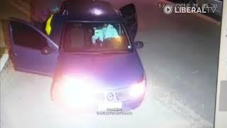 Mulher consegue tirar filho do carro durante roubo