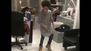 Garoto Dançando Ayo & Teo Rolex