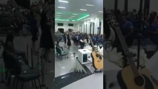 Cantora Renilda Maria de joelhos