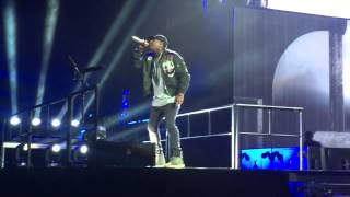 Chris Brown - Wall To Wall / Performing Live