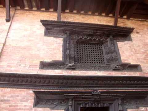 17 Juan Lázara y Shreekrishna palacio real de Patán.MPG