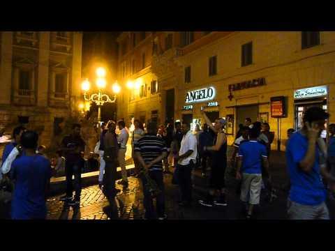 Turisti spintonati e cacciati da Fontana di Trevi