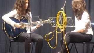 """Sara y Naiara en concierto. Acoustic cover """"More than friends"""" de Inna."""