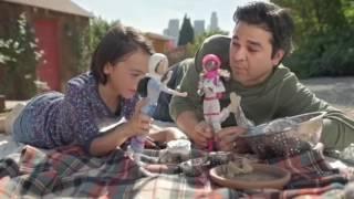 Comercial da Barbie dos pais brincando de boneca com suas filhas - em português