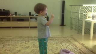 2 Parte Lorenzo dancando e Melina brincando