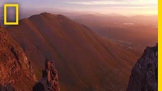 Prachtige drone-opname: zweven boven de Schotse wildernis