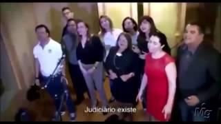 """Servidores do TJ/SE cantam paródia de """"We Are The World"""""""