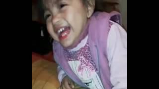 Nena Que Se Rie por que su mamá le da caramelito ácido.