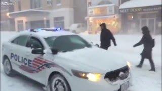 Policisté brázdí ulice a pouští písničky zpohádky Frozen