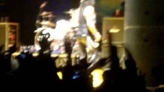 Slash aggression in Sweet child o' mine - Live in Milano 10-06-2010