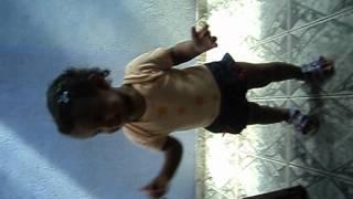Melina dançando Vida de Empreguete