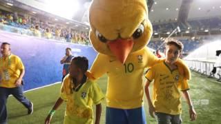 Canarinho faz a festa com a torcida na Arena das Dunas