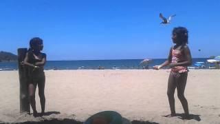 Niñas bailando en la playa