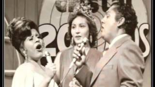 """Julio Jaramillo canta la balada """"Corazon Corazoncito"""""""