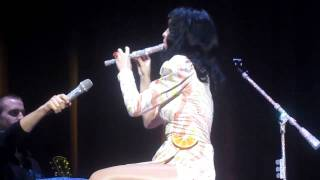 [HD] Katy Perry Fails at Playing Flute California Dreams Tour Manchester.mp4