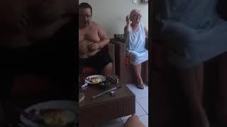 Roberto Elísio, agredindo a própria mãe - 02