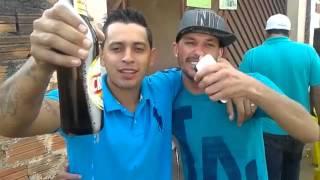 Abrindo garrafa de cerveja na bica