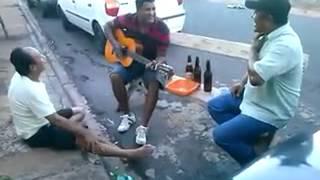 2 Bebados cantando violao