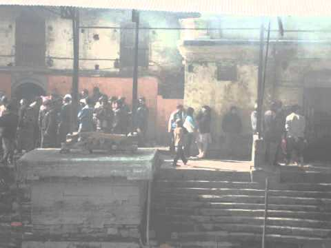 02 Juan Lázara y Shreekrishna cremación en Pashupatinath.MPG