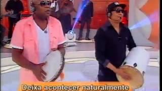 """Grupo Revelação canta sucesso """"Deixa Acontecer"""""""