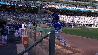 KC@MIN: Hosmer reaches over railing for a nice grab
