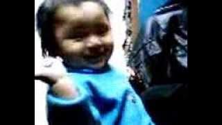 Bodoq ku un bebe nacido para pelear y dar besitos