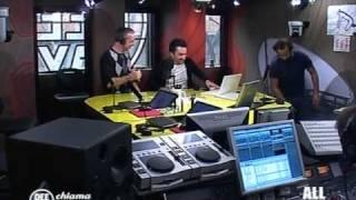Fabio Volo tira una scarpa a Nicola Savino in diretta