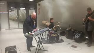 Länsimetro blues - Tapiola - Avajaiset - Playing blues in western metro station at Tapiola