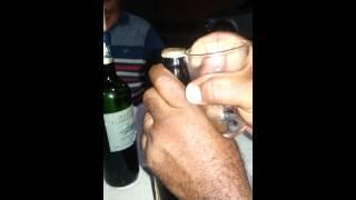 Como abrir cerveja com o próprio copo