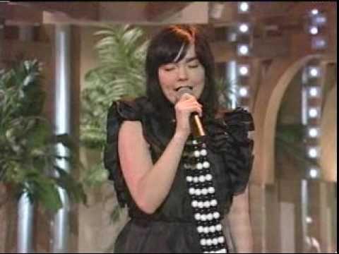 bjork-generous-palmstroke-live-on-japanese-tv-pinksugarsurge